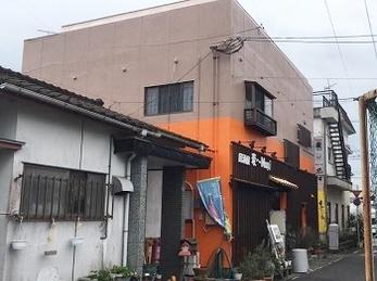 雨漏れの原因は建物の老朽化が原因でした。 全体的な補修から雨漏りもピタリとやみ、また外観の再塗装により明るく高級感のある見た目になりましたね。
