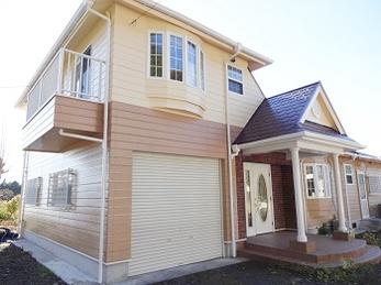 施工後も安心の10年保証付で大満足。施工前の印象とはガラッと変わり、周囲の緑に映える可愛らしい雰囲気のお家に生まれ変わりましたね♪