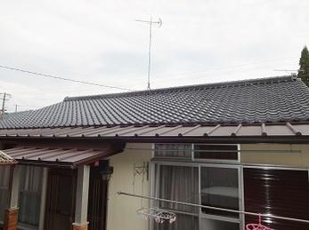 屋根の上にルーフィングを入れてガルバニウム鋼板屋根を施工する方法をご提案いたしましたので、鉄板を撤去して取り換えるよりお安く施工が出来ました。 ほかにも傷んだ箇所を修理させていただき、大変ご満足いただきましたよ♪